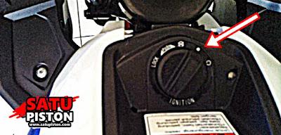 Pertama kita harus menghidupkan kunci kontak keyless. Ya kita harus menghidupkan kunci keyless, sebab membuka kunci knob keyless dari GSX R150 tidak bisa dilakukan saat motor dalam kondisi mati kunci kontaknya.