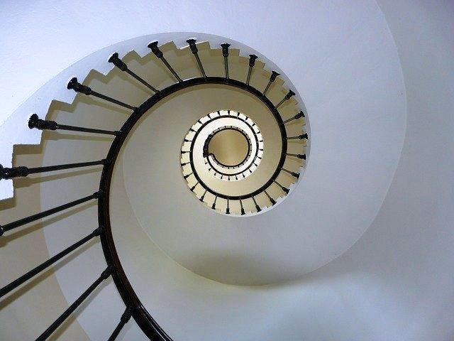 uma escada em caracol