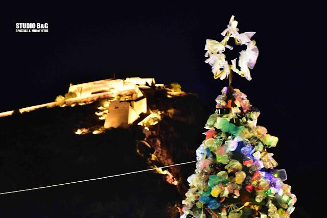 Χριστουγεννιατικο δέντρο από πλαστικά μιας χρήσης στο Ναύπλιο (βίντεο)