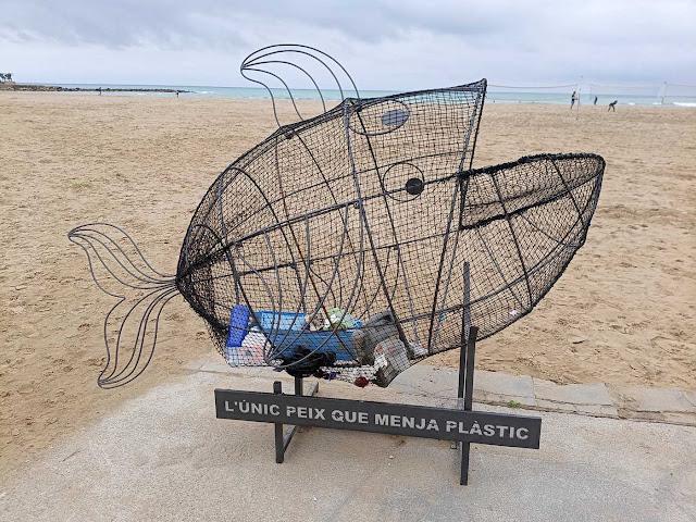Estructura per a la recollida de residus plàstics a la platja de Ribes Roges de Vilanova i la Geltrú