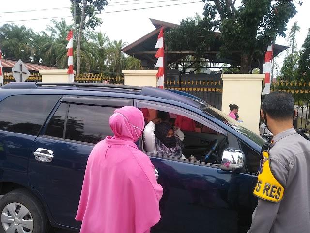 Antisipasi Penyebaran Covid-19, Bhayangkari Cabang Pasaman Barat membangikan masker gratis ke  pengguna jalan dan masyarakat.