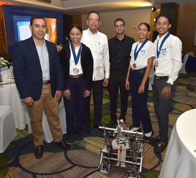 Ministro de Educación apoya estudiantes que ganaron bronce en mundial de robótica en Dubái