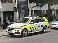Politiet ankommer i bil. Foto Bcarsten. Lisens CC by-sa 4.0