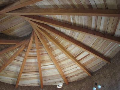 http://bensnaturalbuilding.blogspot.com/2017/01/building-reciprocal-roof-roundhouse.html