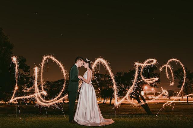 casamento, natal, editorial, noiva, noivo, decoração, mansão dos arcos, vestido de noiva, terno de noiva, terno verde, vestido minimalista, coroa de noiva, brinco de perola, mesa de bolo, cortina de led, lustre, buque de pinha, ceia, sparkles, light painting, bomba de fumaça