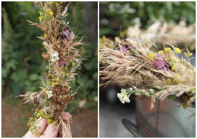 Girlande aus Gräsern und Blüten wird zum Kranz gebogen