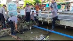 Jaga Kebersihan Sungai, Polres Batang Kerja Bakti Normalisasi Aliran Sungai