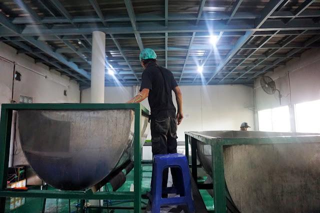 Pekerja keju Indrakila memeriksa susu