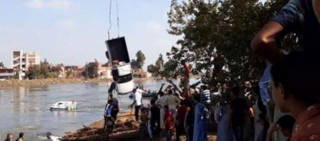 بالصور الحماية المدنية بالبحيرة تنتشل أول سيارة من معدية الموت ب في كوم حماده