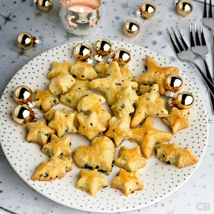 Recept Feestelijke kerst-kaaskoekjes met stukjes olijf en basilicum