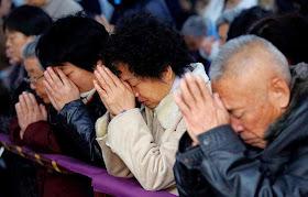 Como lhes tirar a fé?, perguntam governantes comunistas.  Com uma 'teologia da libertação' como no Ocidente!, respondem outros.