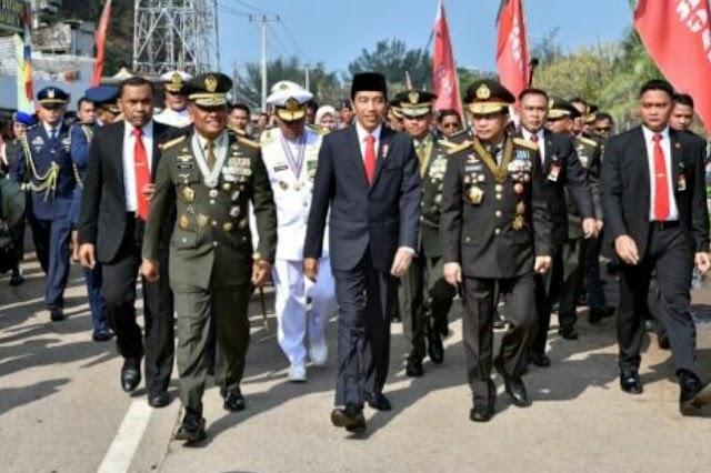 Berjalan Kaki Hingga 2 KM, Jokowi Tetap Semangat Hadiri Ulang Tahun TNI Ke 72 Di Cilegon.