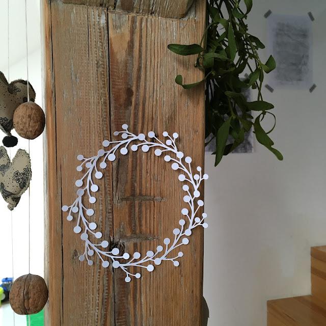 papírové dekorace, jak vyrobit, papírový věneček, vánoční dekorace z papíru