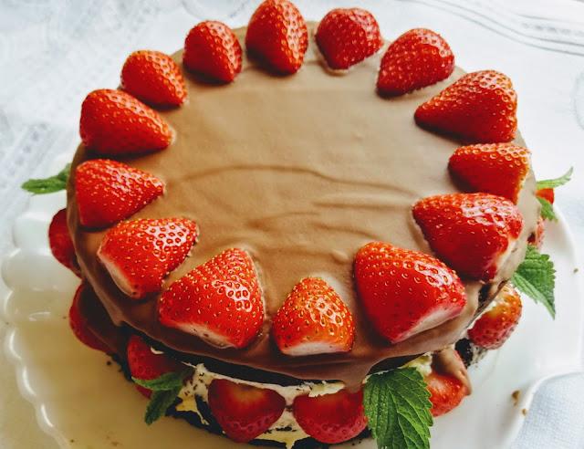 Tort czekoladowy z truskawkami i kremem budyniowym