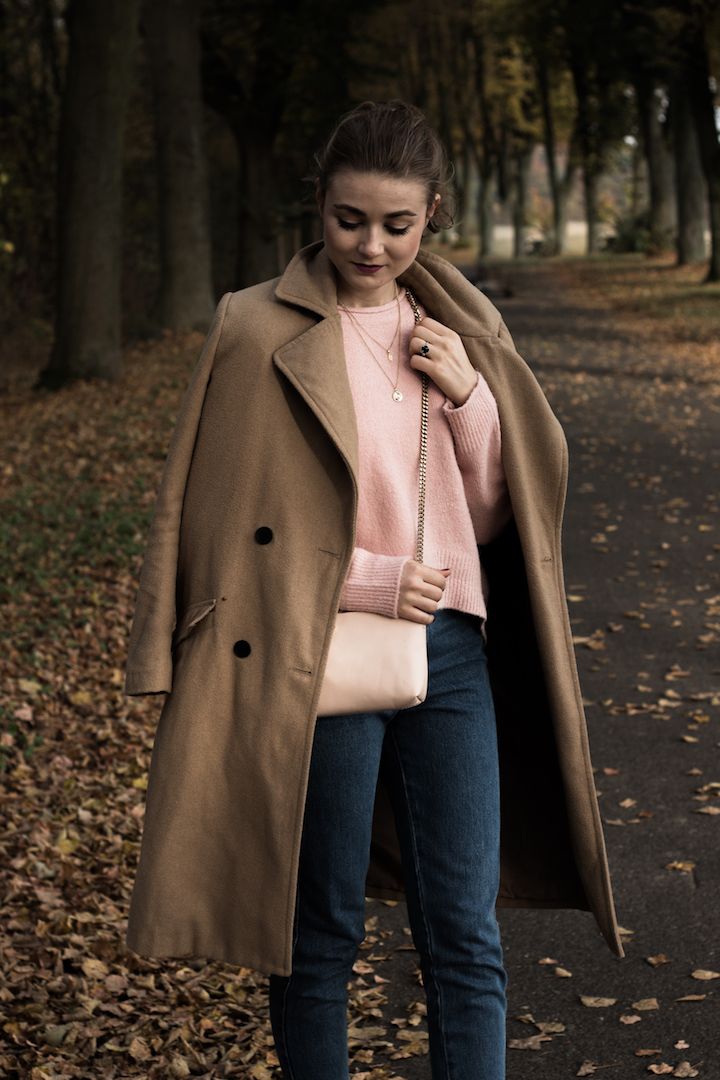 Camel Coat, Pink Pullover, Leder Slipper, VILA, H&M, SO COSI, Zara, Mom Jeans, Pandora Ring,
