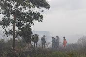 TNI Perang Melawan Asap di Lahan Gambut