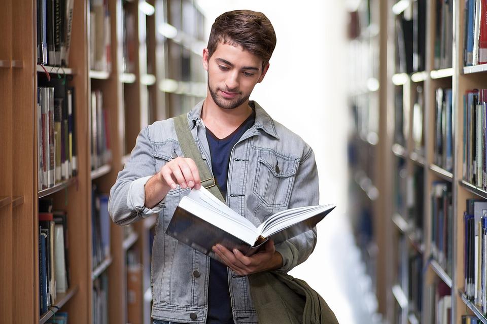 Spotykać się z kimś młodszym na studiach