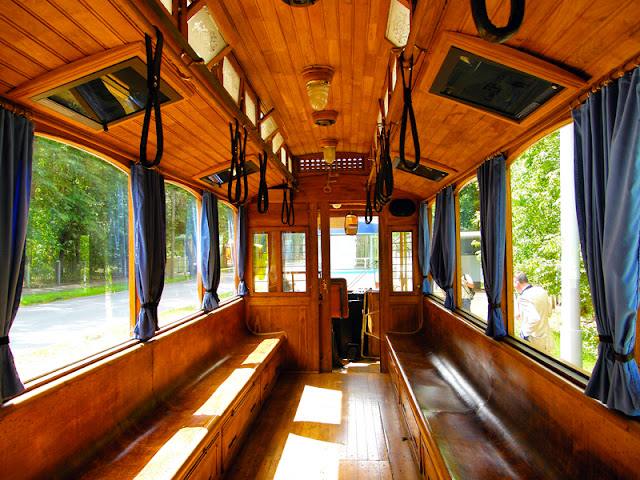 Внутри ретро трамвая в Риге салон