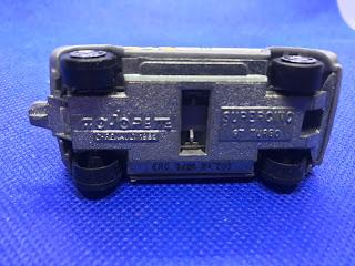 ルノー シュペールサンク のおんぼろミニカーを底面から撮影