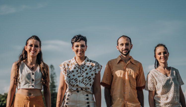 Com faixas gravadas à distância devido à pandemia da covid-19, e com a parceria de 11 músicos de diversas cidades e estados do Brasil, a banda barbacenense Flor de Minas,