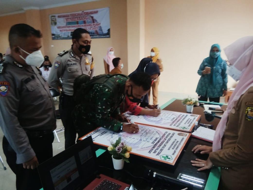 Babinsa Koramil 410-05/TKP Kodim 0410/KBL Pelda Sobirin menghadiri kegiatan Lokakarya Mini Lintas Sektor UPT Puskesmas Palapa, di Aula Kantor Kecamatan Tanjung Karang Pusat