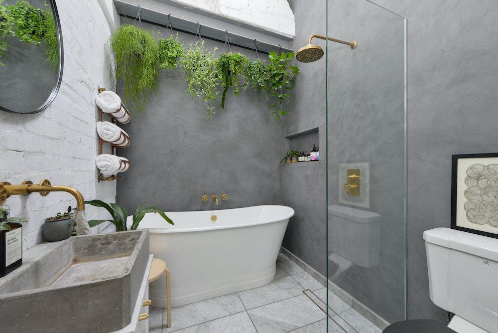 Baño con paredes de microcemento