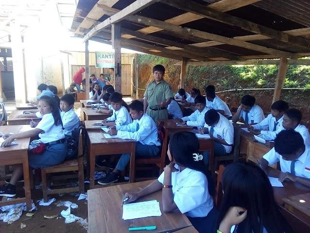 Sekolahnya Direnovasi, Siswa SMAN 8 Toraja Utara Ujian Semester di Luar Ruangan