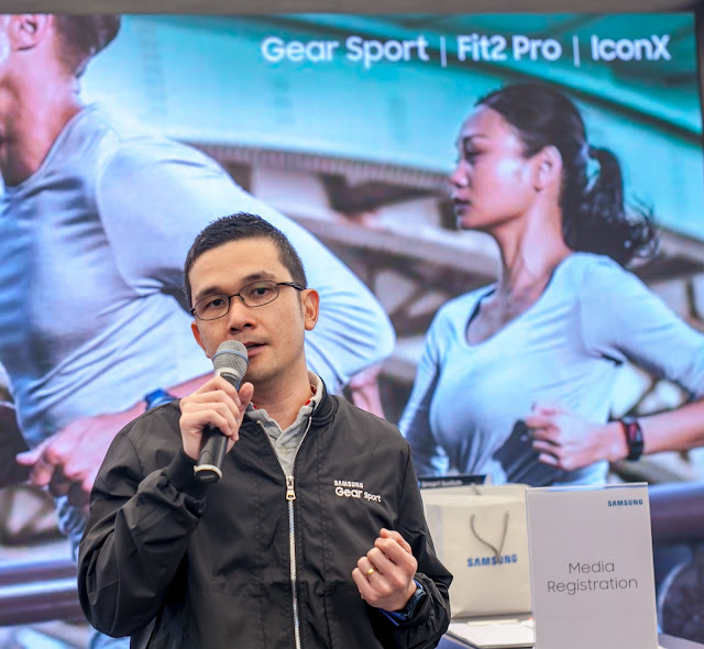 Julian Thean, Head of Product Marketing, IT and Mobile Business, Samsung Malaysia Electronics introducing the new Gear devices.