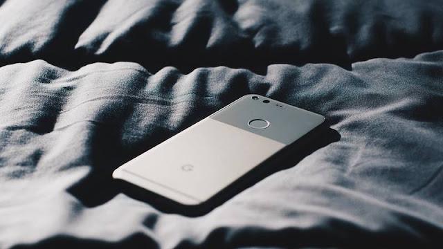 Un hombre queda temporalmente ciego tras jugar con su teléfono en la oscuridad