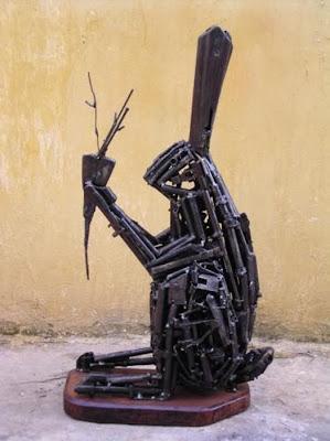 Esculturas de conejo con armas