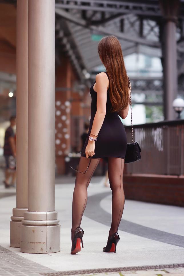 Czarna Dopasowana Sukienka Rajstopy Ze Szwem I Lakierowane Szpilki Ari Maj Personal Blog By