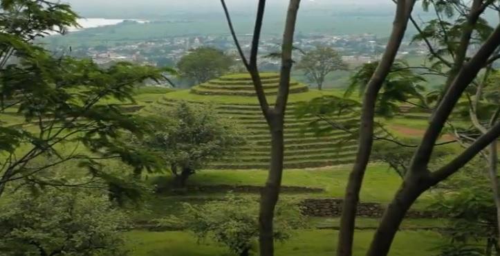 Guachimontones piramide circular con arboles verdes alrededor