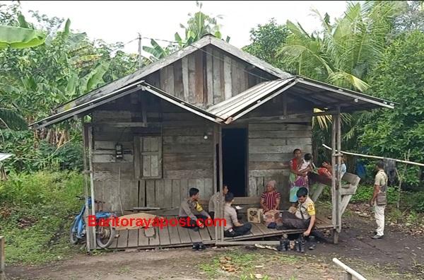 Bhabinkamtibmas Polsek Sebangau Kuala Sambangi Janda 66 Tahun