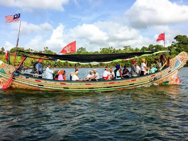 Menelusuri Sungai Pengkalan Datu Dengan Perahu Kolek