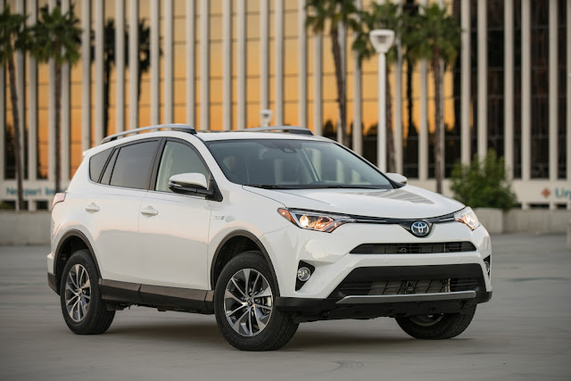 Front 3/4 view of 2016 Toyota RAV4 Hybrid XLE