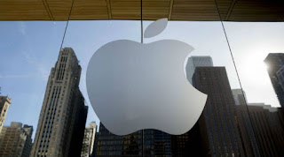 Apple Inc adjusted its App Store review guidelines to loosen restrictions on iPhone and iPad games that stream directly from the internet and in-app purchase rules that have frustrated developers.