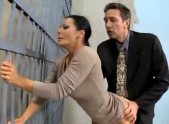เมียยอมมีเซ็กซ์กับผบ.เรือนจำเย็ดกันต่อหน้าผู้คุม แลกกับการช่วยเหลือสามีที่ติดคุก