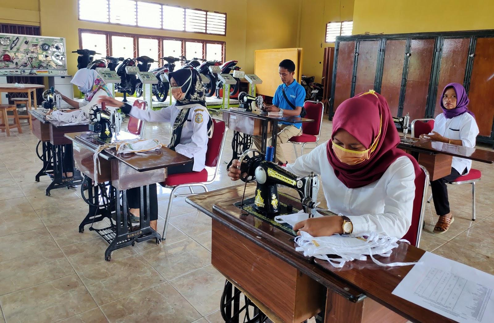 Manfaatkan Alumni BLK, Ribuan Masker Diproduksi