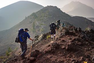 5 Tips dan Cara Mendaki Gunung Agar Tidak Cepat Lelah Tanpa Repot
