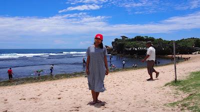 Pantai Krakal nan cerah di siang hari
