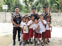 Jaga Keselamatan Pelajar Saat Pulang Sekolah, Pelajarnya Malah Ngajak Polisinya berswafoto