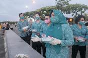 Lawan Covid-19, Ibu Tyas Fatoni Bagi-bagi Masker kepada Warga Sulut