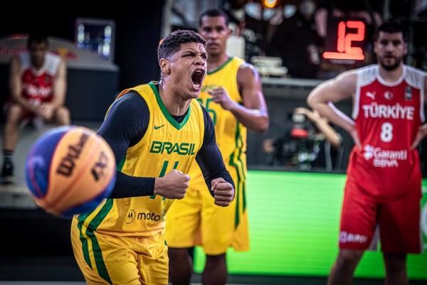 Fabrício Veríssimo em partida do Brasil contra a Turquia no Pré-Olímpico