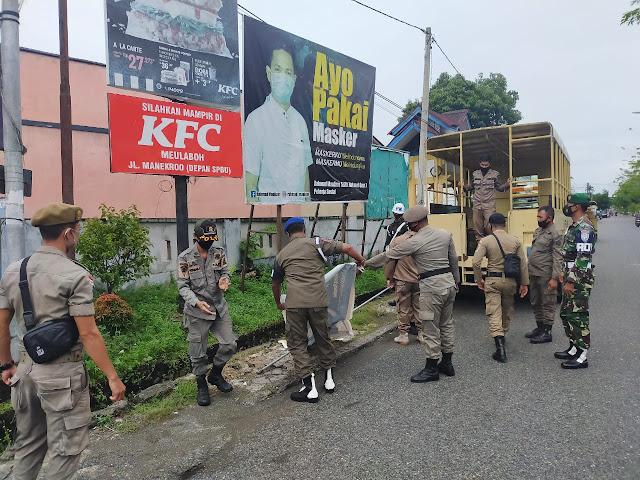 TNI Bersama Satpol PP Tertibkan PKL Dan Spanduk Tak Beraturan Di Kota Meulaboh