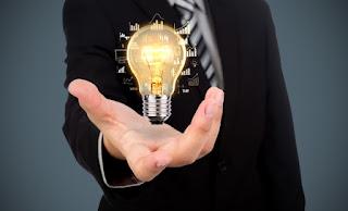 homem segurando um holograma de lâmpada