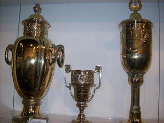 """La coppa (prima a sinistra) vinta dal """"Timão"""" nel match contro il Bologna. E' esposta nel museo del Corinthians."""