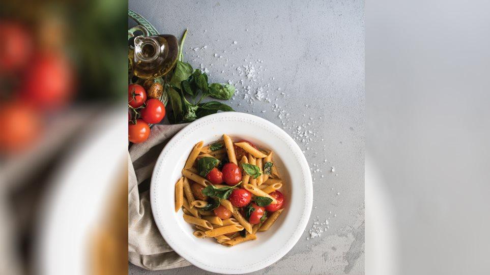 Η συνταγή της ημέρας: Ζυμαρικά ολικής με ντοματίνια, μπαλσάμικο και βασιλικό