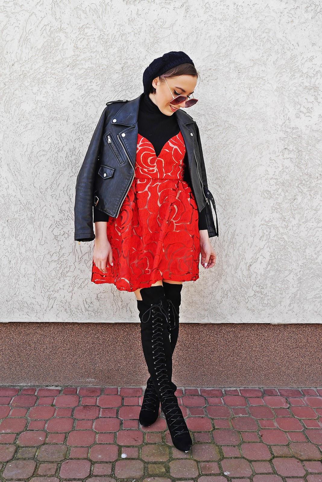 czerwona sukienka kwiaty czarna ramoneska kozaki za kolano karyn blog modowy