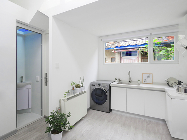 nhà bếp đối diện nhà vệ sinh