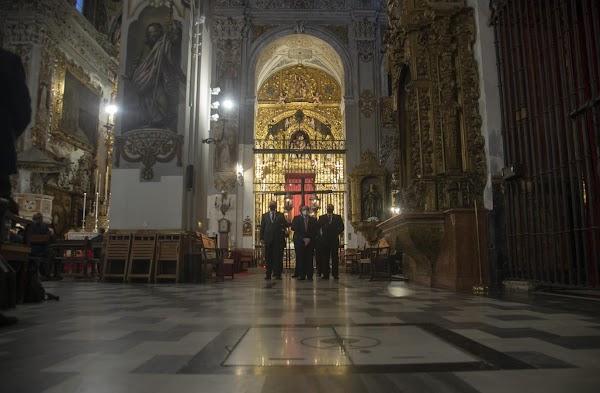 La cruz de guía presidió el vía crucis del Calvario de Sevilla